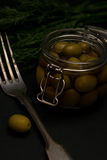 Olives savoureuses fraîches foncées avec la photo d'obscurité de foyer sélectif de fourchette de vintage d'aneth Photos stock