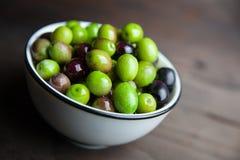 Olives sur le bois Photographie stock libre de droits