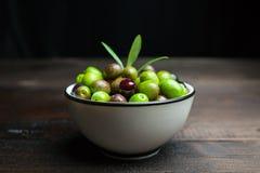Olives sur le bois Images stock