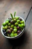 Olives sur le bois Photo libre de droits