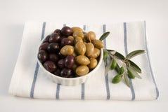 Olives sur le fond blanc Images libres de droits