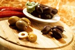 Olives sur un panneau en bois Images stock