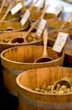 Olives sur une stalle du marché Photographie stock