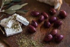 Olives sur une table en bois Photographie stock libre de droits