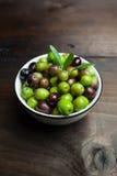 Olives sur une table en bois Images libres de droits