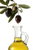 Olives versant l'huile d'olive Images libres de droits