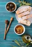 Olives vertes avec du miel Photographie stock libre de droits