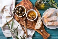 Olives vertes avec du miel Images libres de droits