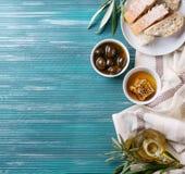 Olives vertes avec du miel Photographie stock