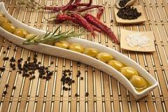 Olives vertes avec l'huile d'olive Photos libres de droits