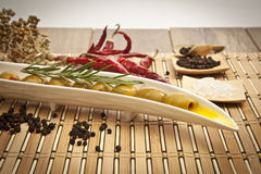 Olives vertes avec l'huile d'olive Image libre de droits