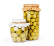 Olives vertes conservées à la banque, mettez en bouteille Photo stock