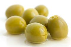 Olives vertes dénoyautées avec de la saumure photographie stock libre de droits