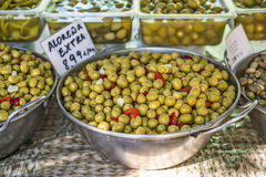 Olives vertes d'alorena en vente sur un marché en plein air de nourriture Photographie stock