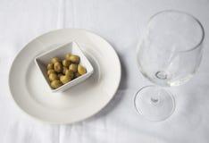 Olives vertes d'apéritif italien dans un plat Image stock