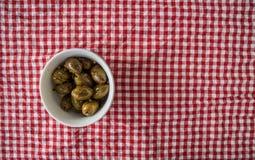 Olives vertes dans la cuvette photographie stock libre de droits