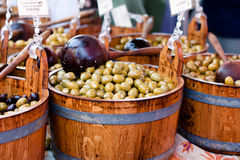 Olives vertes dans le baril en bois Photos stock