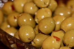Olives vertes dans un macro en cristal de plat Photos stock