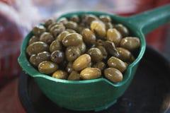 Olives vertes du soleil chaud d'été Photo libre de droits