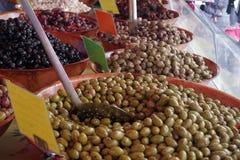Olives vertes et noires sur un marché frais de matin image libre de droits