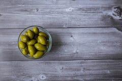 Olives vertes fraîches n un fond en bois foncé Images libres de droits