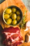 Olives vertes marinées dans la boîte photographie stock