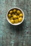 Olives vertes marinées dans la cuvette image libre de droits