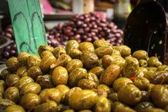 Olives vertes sur le marché images libres de droits