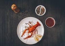 olivgrön för olja för kök för kockbegreppsmat ny över hällande restaurangsallad Kokta stora röda nya languster i den vita plattan Royaltyfria Foton
