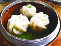 olivgrön för olja för kök för kockbegreppsmat ny över hällande restaurangsallad En typ av Dim Sum som göras från mjöl som är välf arkivfoton