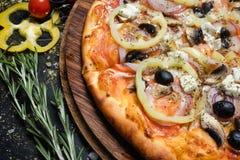 Olivgrön peppar för italiensk mat för kokkonstrestaurangpizza Arkivbild