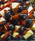 Olivgrön sallad på den typiska spanska matmarknaden Royaltyfri Bild