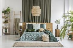 Olivgrön torkduk i sovrum fotografering för bildbyråer