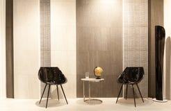 Olivgrüne antike Möbel und Ziegelstein trimmen Wand mit einem Kamin Stockbild