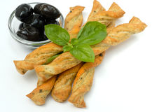 Olivgrüne Brotstapel des Basilikums Stockfotos