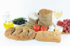Olivgrüne Mittelmeerbrote und Nahrungsmittelrohprodukte. Stockbilder