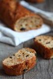 Olivgrünes Brot auf einem hölzernen Hintergrund Lizenzfreie Stockfotografie