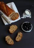 Olivgrünes Brot auf einem hölzernen Hintergrund Lizenzfreie Stockfotos