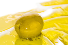 Olivgrünes und goldenes Olivenöl Stockbild
