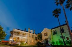Olivia Mansion Bed och frukost i Seguin, TX på natten royaltyfri foto