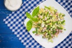 Olivier - populair in Rusland en in de landen van de vroegere salade van Sovjetunie, die als een vakantie wordt beschouwd stock foto