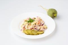 Olivier Salad mit cornichons Lizenzfreie Stockbilder