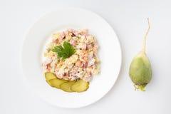 Olivier Salad mit cornichons Stockfoto