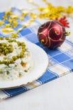 Olivier-salade op een lijst met Kerstmisdecoratie Kerstmis C Stock Fotografie