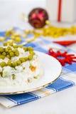 Olivier-salade op een lijst met Kerstmisdecoratie Kerstmis C Royalty-vrije Stock Fotografie