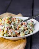 Olivier-Salat mit Majonäse, neues Jahr Stockbild