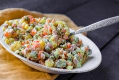 Olivier-Salat mit Majonäse, neues Jahr Stockbilder