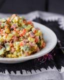Olivier-Salat mit Majonäse, neues Jahr Lizenzfreies Stockfoto