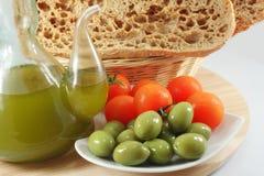 Olivolja bröd, oliv, tomater Arkivfoto