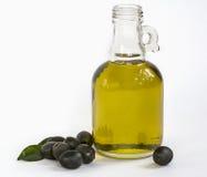 Olivolja buteljerar med oliv Royaltyfri Foto